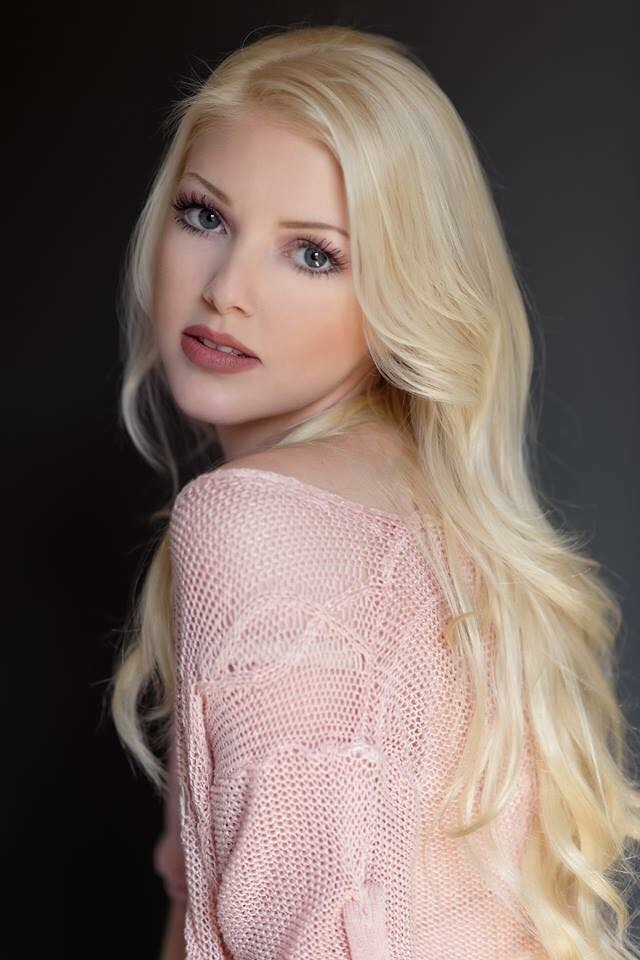 Sarah Singleton wearing 20 Inch Lightest Blonde Cashmere Hair Extensions